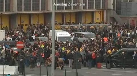 Mii de oameni se aflau în faţa aeroportului, la mai bine de 90 de minute de producerea exploziilor