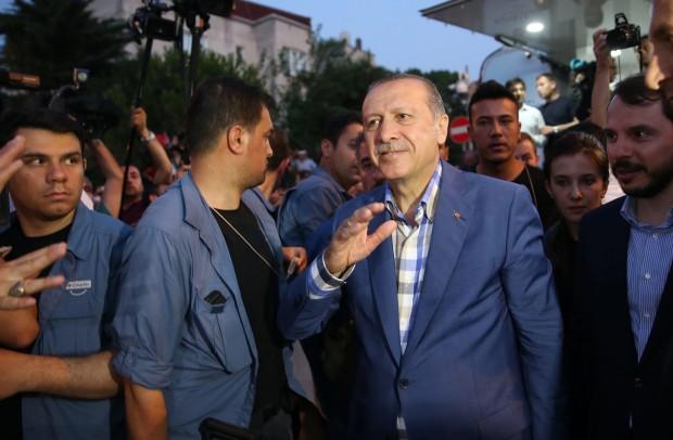 face - Lovitura de stat a lui Onan si pizdificarea lui Erdogan sultan - Pagina 2 Erdogan-inconjurat-de-salopete