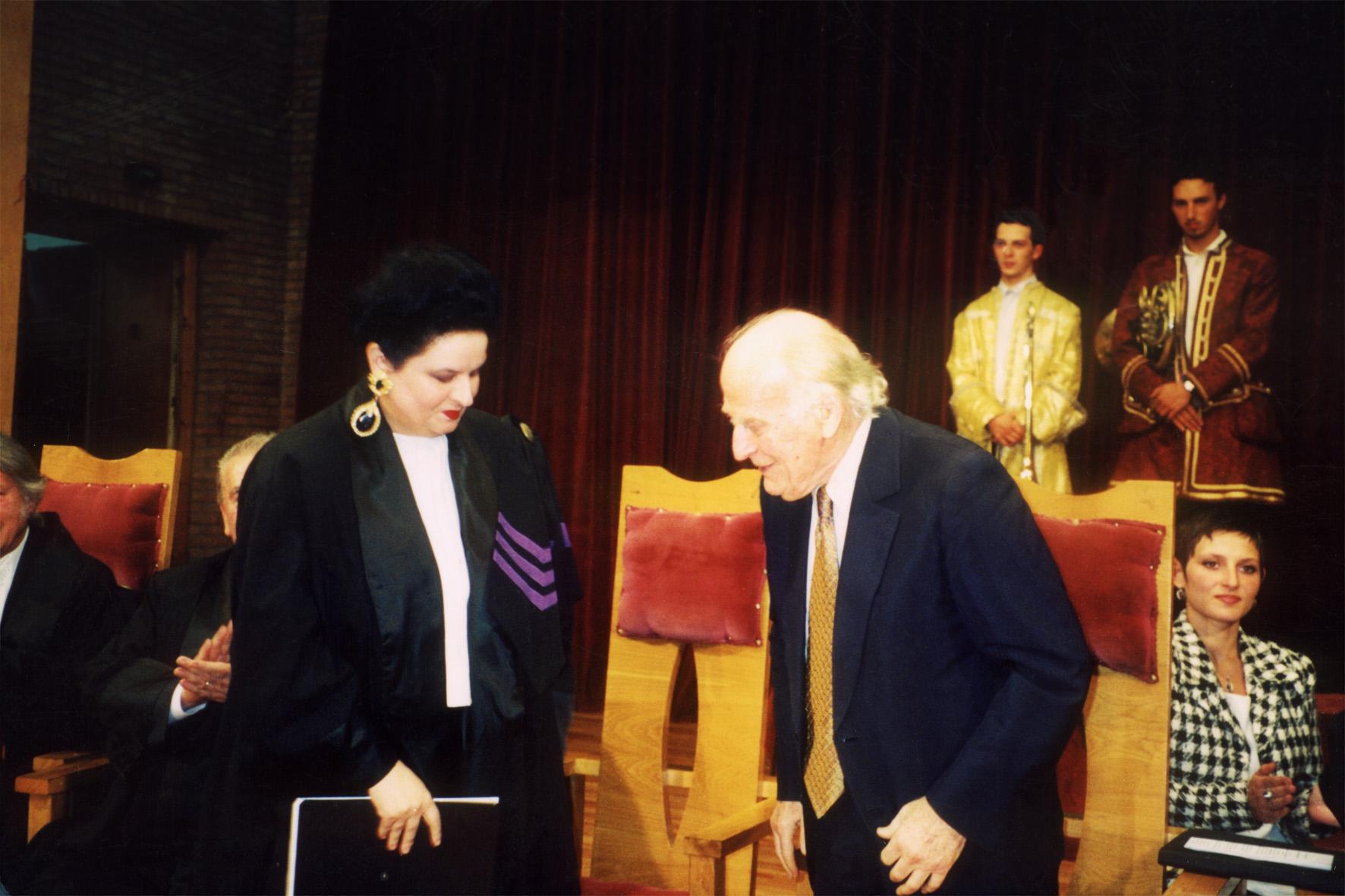 """La ceremonia decernării titlului de Doctor Honoris Causa marelui violonist Yehudi Menuhin. Academia de Muzică """"Gheorghe Dima"""", Cluj"""