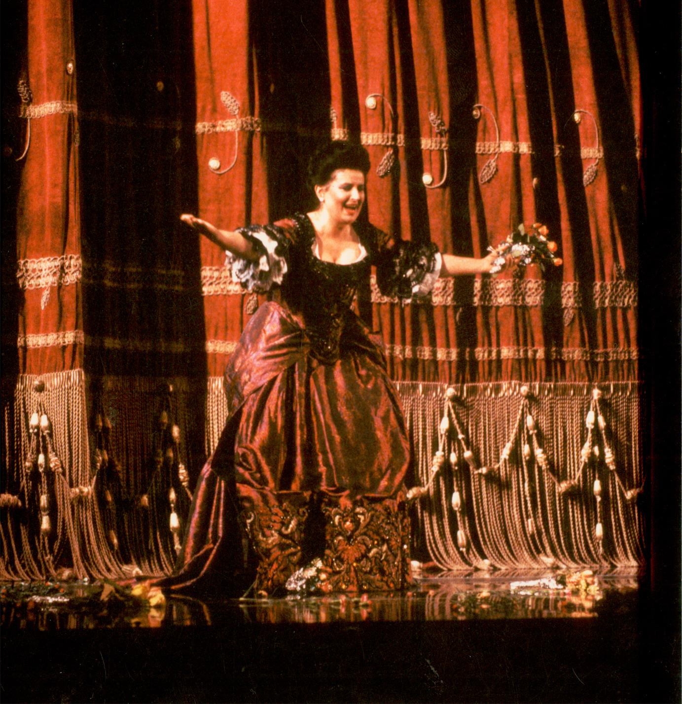 După senzaţionala sa interpretare a rolului Donna Elvira, o adevărată ploaie de florivenind din balcoanele teatrului încununează triumful sopranei