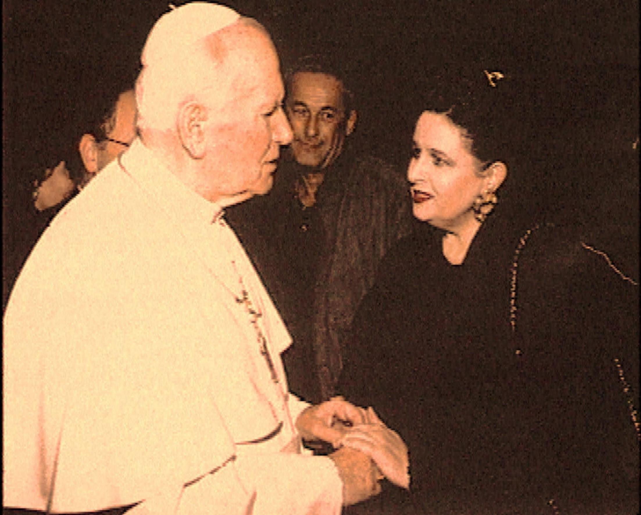 După ce a fost desemnată să-l întâmpine, la Teatrul alla Scala, pe Sfântul Părinte Ioan Paul II la prima vizită a unui papă la Milano după sute de ani, reîntâlnire emoţionantă la Romacu prilejul Primului Concert de Crăciun în Vatican