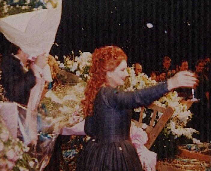 28 noiembrie, Bunka Kaikan, Tokio: de ziua sa de naştere, la finele reprezentaţiei cu opera Don Giovanni de Mozart, Mariana Nicolesco primeşte în scenă o adevărată căruţă de flori