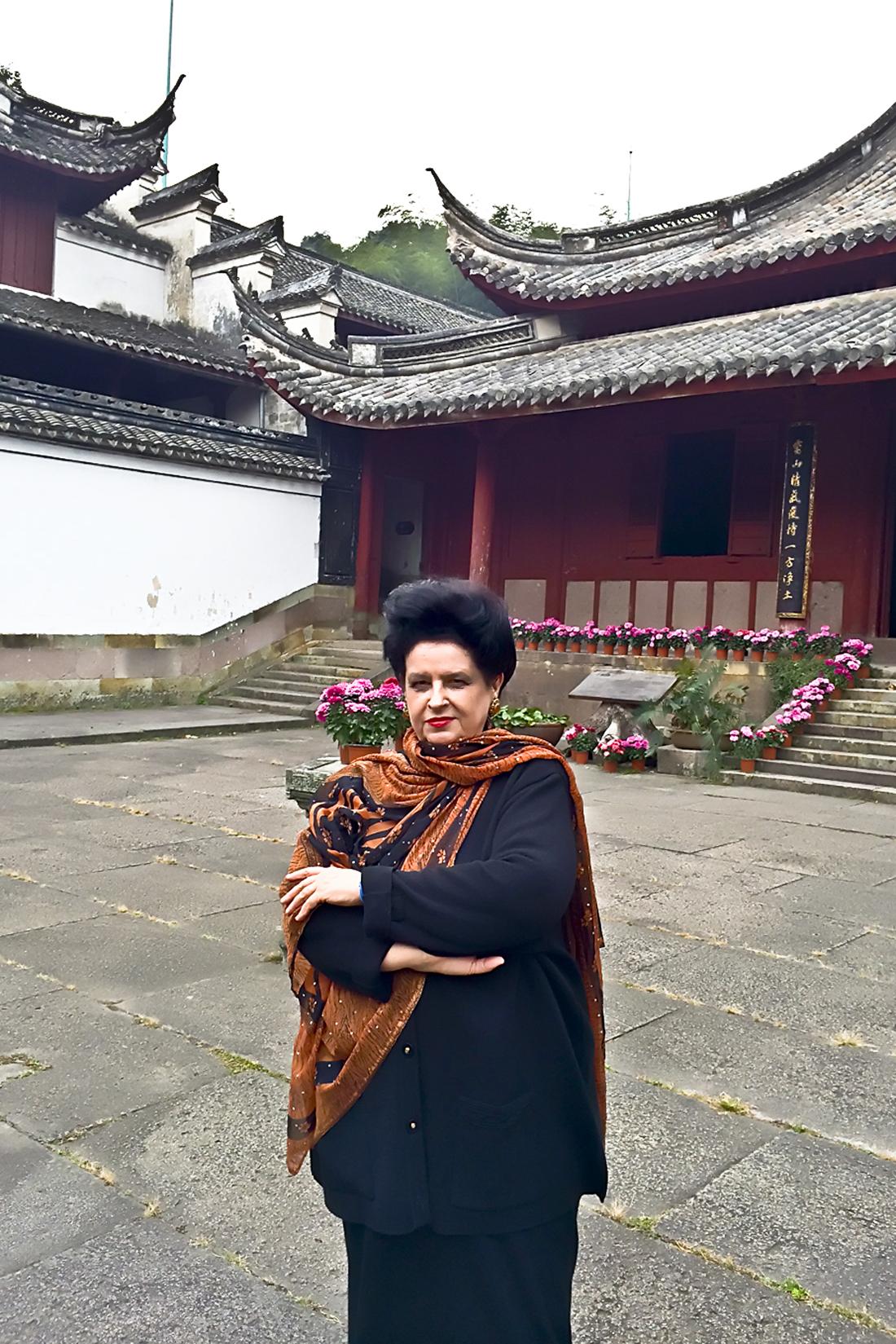 Ningbo: în incinta celei mai vechi biblioteci din China,cu un teatru dedicat muzicii şi cu numeroase pavilioane consacrate lecturii şi meditaţiei