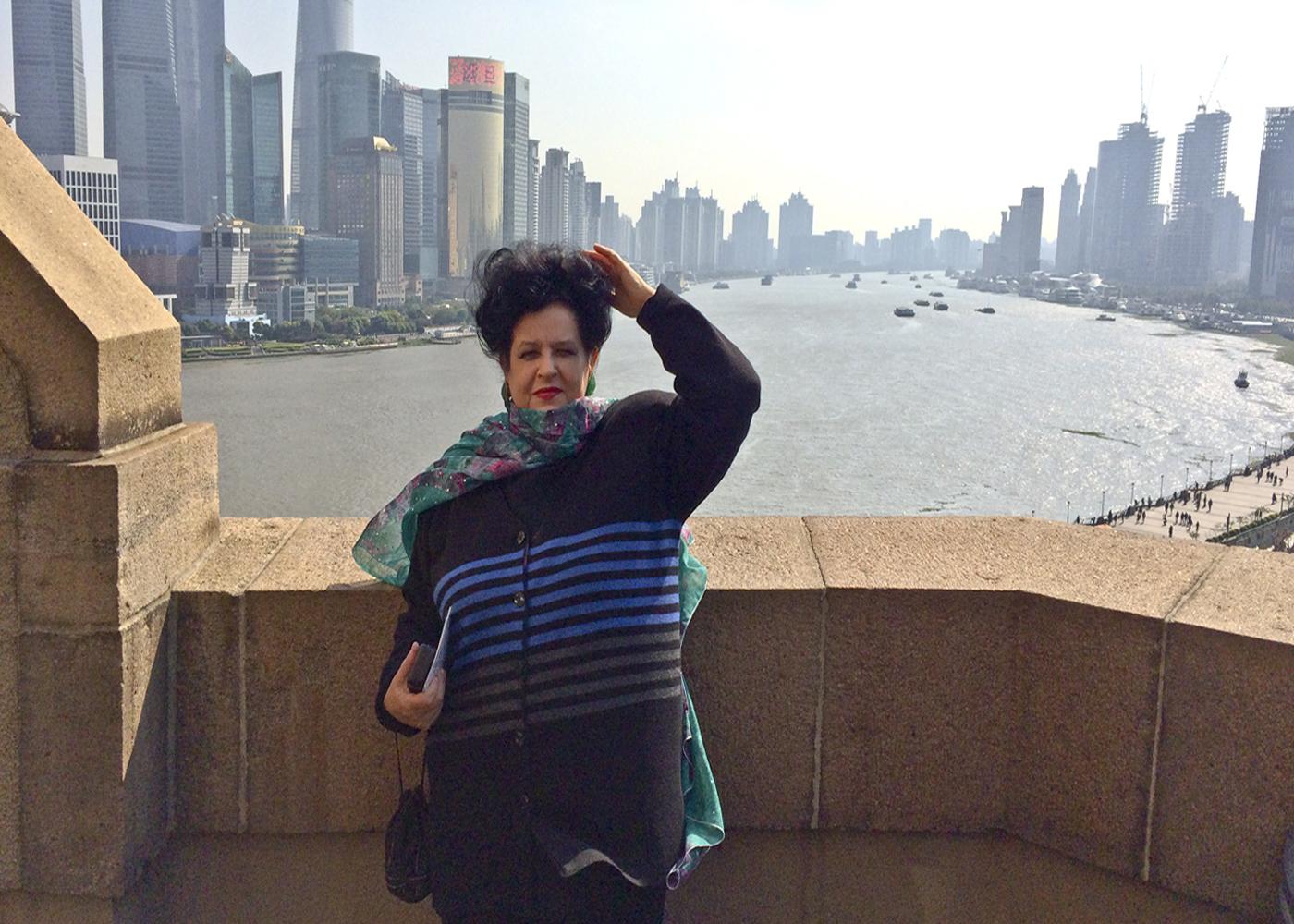Pe terasa Hotelului Fairmont Peace Hotel din Shanghai, în bătaia vântului, în peisajul dominat de eternul fluviu Huangpu şi de priveliştea ameţitoare a zgârie-norilor