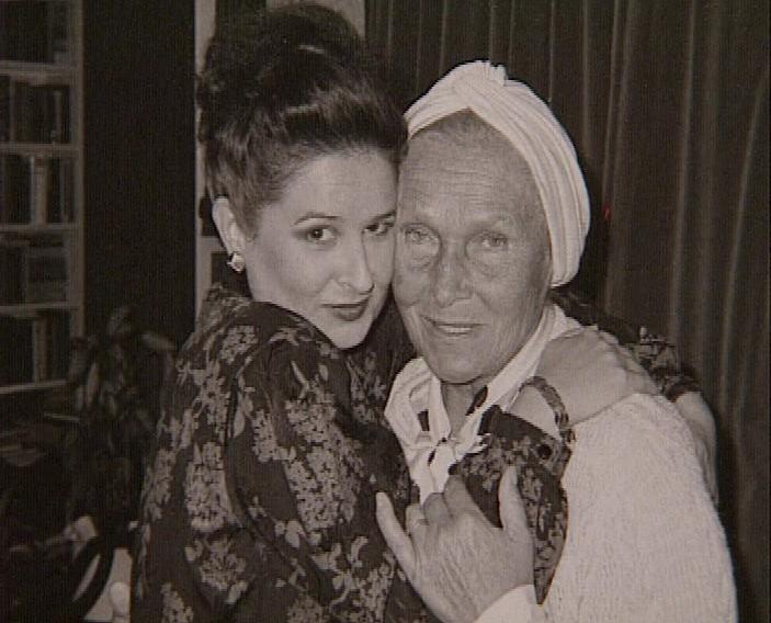 O îmbrăţişare cu Elisabeth Schwarzkopf după trecerea în revistă a marilor roluri dramatice mozartiene