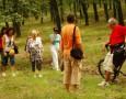 Plimbare in grup prin padure