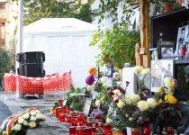 Lumânări și flori la altarul de la clubul Colectiv