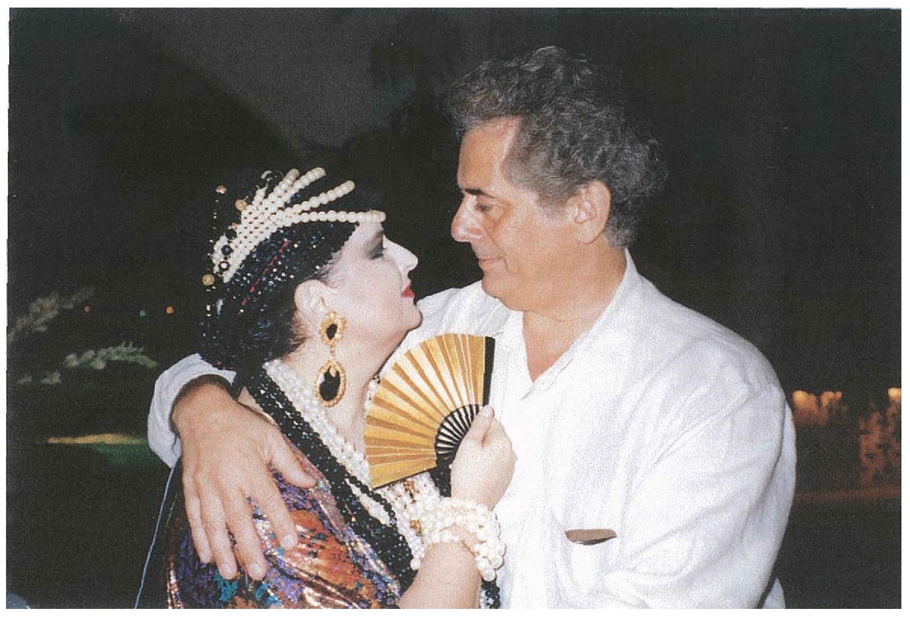 Celebrând schimbarea de regim din România în paradisul de la Acapulco, în Golful Mexicului, în fosta reşedinţă de vis a actriţei Merle Oberon, Radu Varia şi Mariana Nicolesco petrec Anul Nou 1990 cu Joan Collins, binecunoscută din filmul Dinasty, Lucky Roosevelt, nora fostului Preşedinte, ea însăşi Şefa Protocolului Statelor Unite, şi cu alţi prieteni