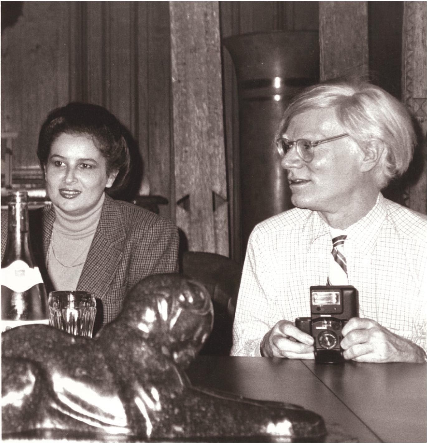Mariana Nicolesco şi Andy Warhol în atelierul acestuia de la New York, numit The Factory